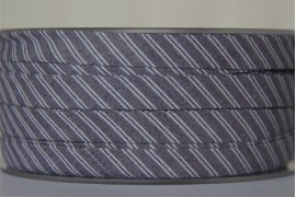 Biais gris rayé blanc