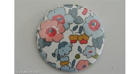 Grand Badge Liberty Betsy porcelaine dans Badges 56 mm par Couture et Cie