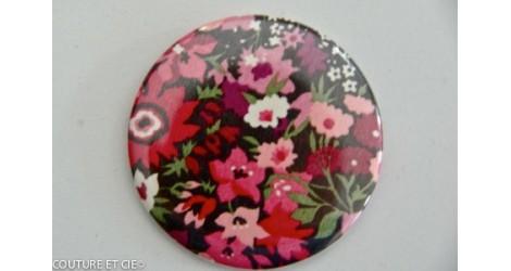 Grand badge Liberty Manuela rose dans Badges 56 mm par Couture et Cie